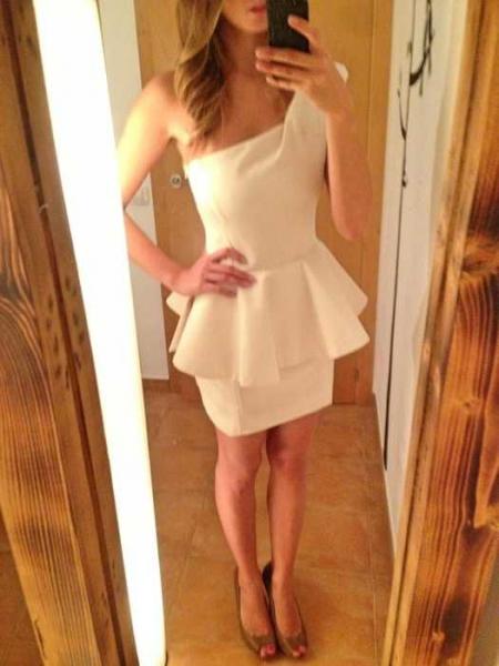 asymmetrisch one shoulder weiss creme nude Peplum Schösschen Kleid ...