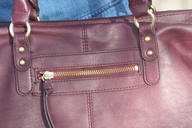 e81f10825fb99 H M - bordeaux-rote Handtasche mit goldenen Details    Kleiderkorb.ch