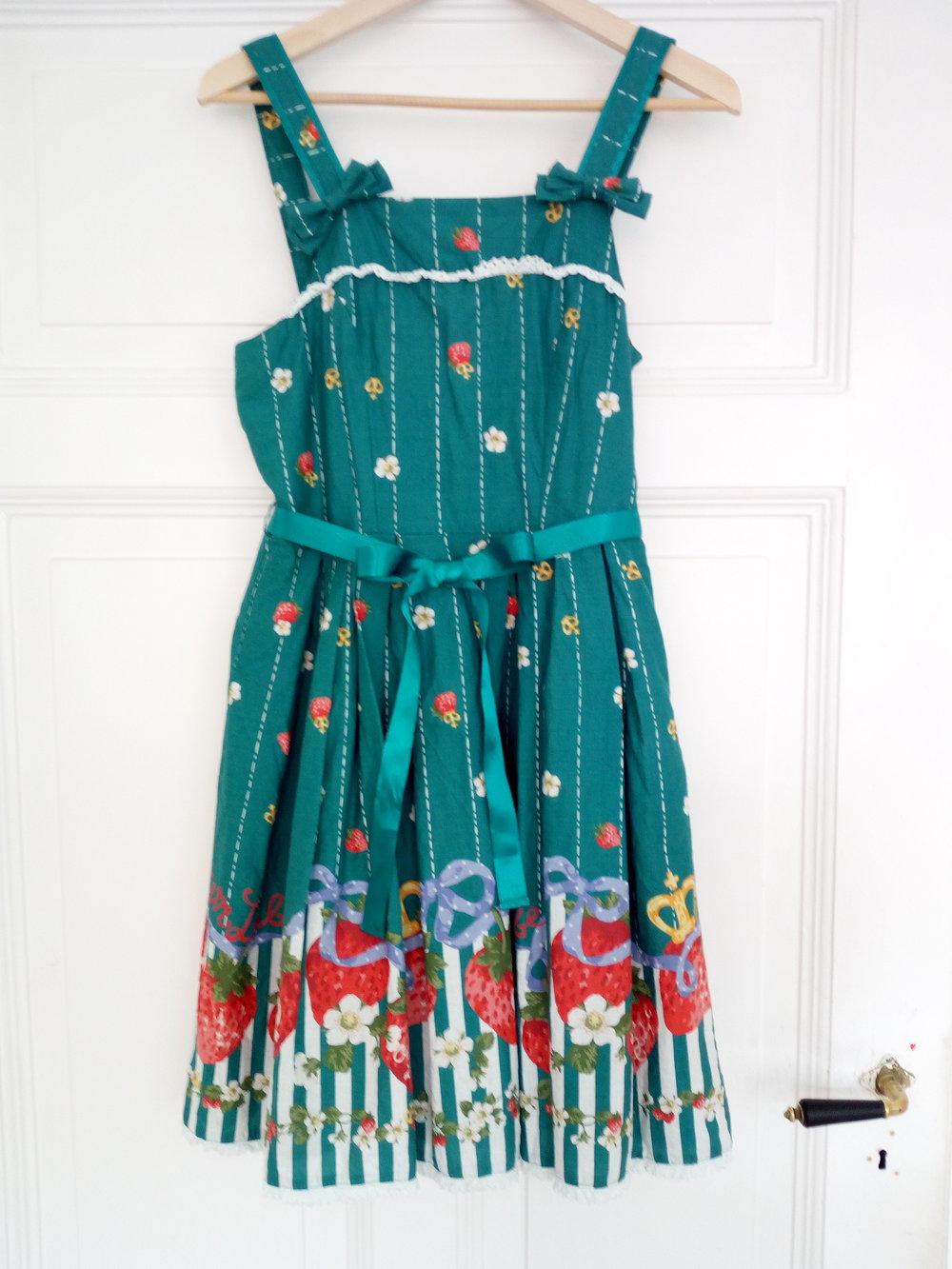 654eb0f60b6153 ... Vintage Petticoatkleid von Metamorphose mit Erdbeerprint .