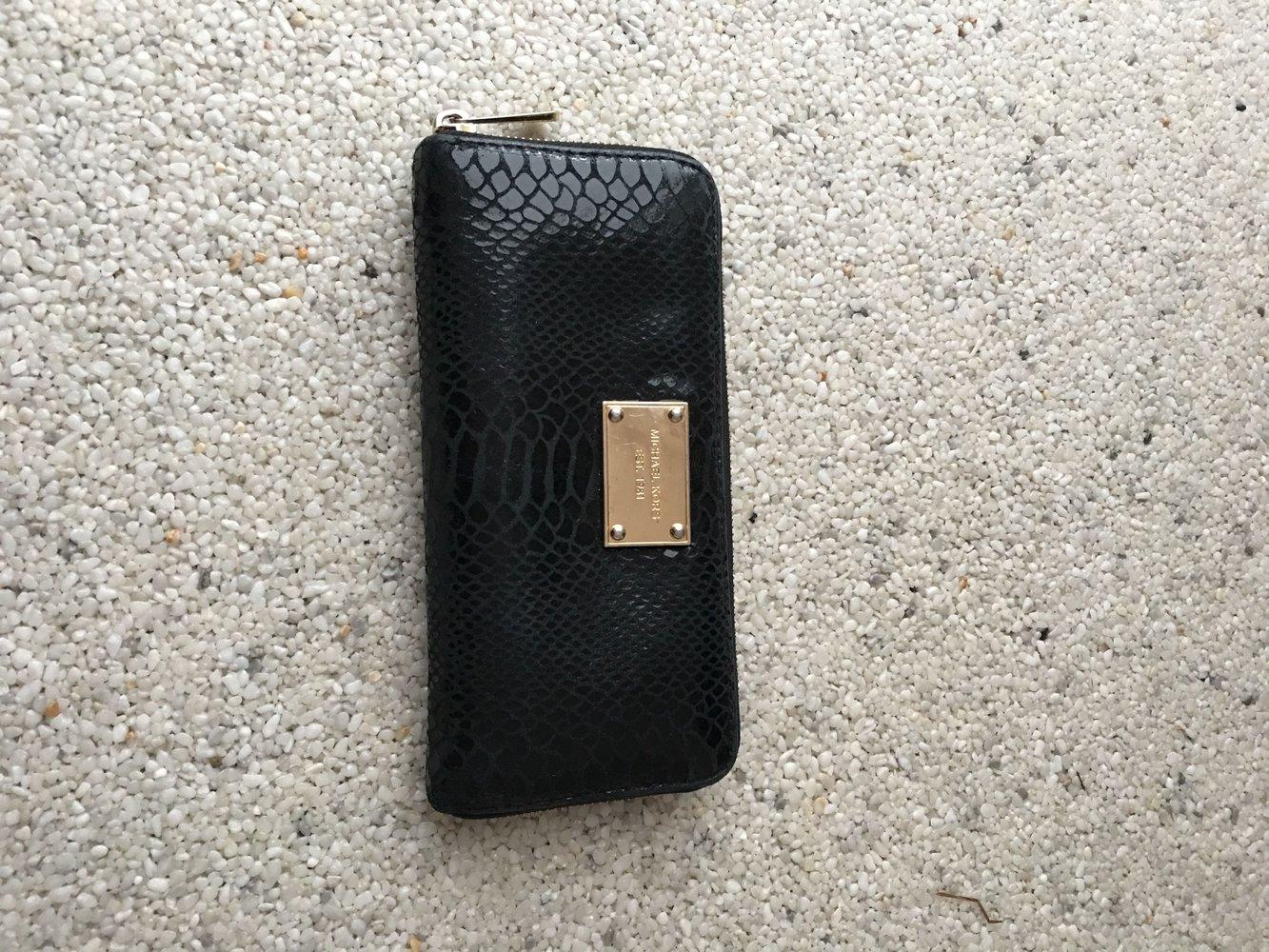 09e747594d7ce Sehr gut erhaltenes Michael Kors Portemonnaie - schwarze Leder Optik ...