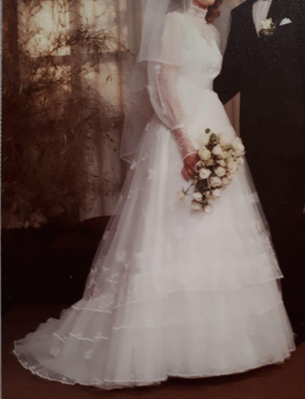 Hochzeitskleid Brautkleid mit Spitze, Schleier + Haarschmuck Gr. 20