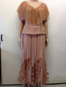 425ed07e661fc Kostüm   Bluse und langer Rock mit Spitzen   Farbe Cognac Haselnuss ...