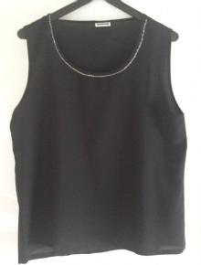 b1904aa322f9e8 Schwarzes Top mit Perlenkragen Schwarzes Top mit Perlen